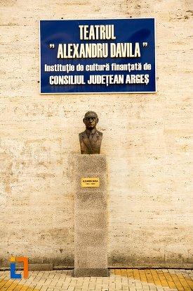 prim-plan-teatru-si-bustul-lui-alexandru-davila-din-pitesti-judetul-arges.jpg