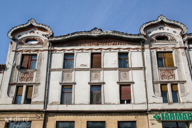 prim-plan-u-fatada-palatul-fuchsl-din-oradea-judetul-bihor.jpg
