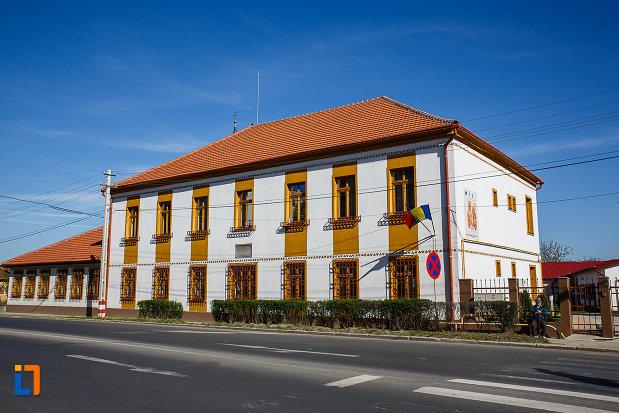 prima-scoala-romaneasca-din-orastie-judetul-hunedoara-monument-istoric.jpg