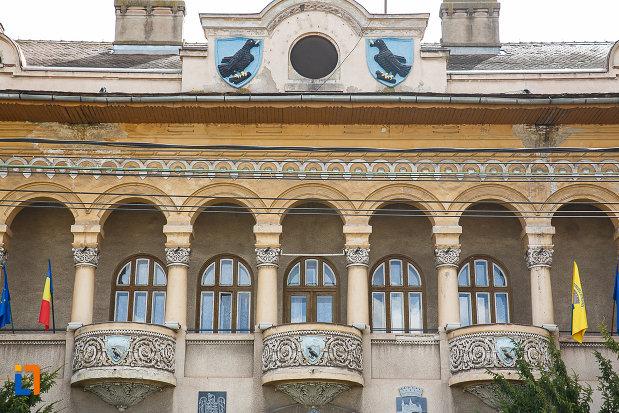 primaria-cladirea-veche-din-hunedoara-judetul-hunedoara-ferestre-cu-balcoane.jpg