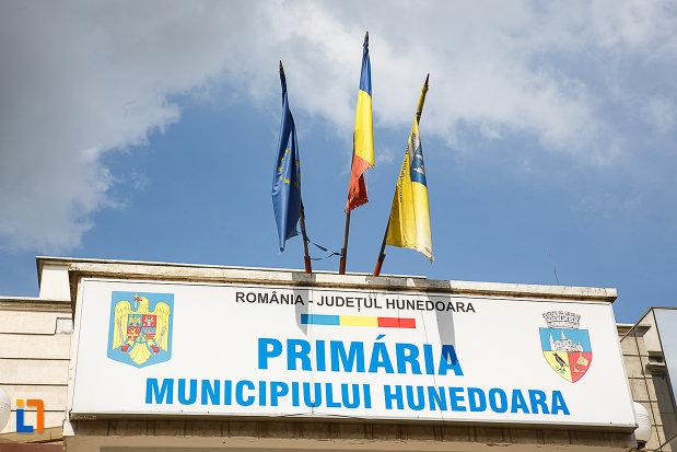 primaria-din-hunedoara-judetul-hunedoara-panou-cu-denumirea-institutiei-locale.jpg
