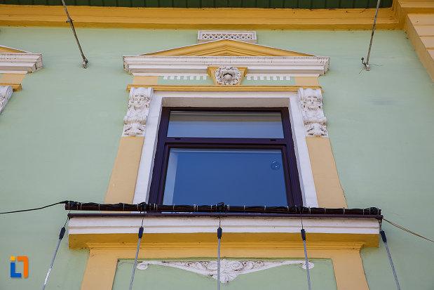 primaria-din-orastie-judetul-hunedoara-detalii-de-la-ferestre.jpg