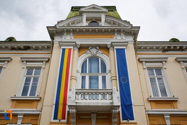 primaria-din-ramnicu-valcea-consiliul-local-judetul-valcea-balcon-fereastra-si-drapeluri.jpg