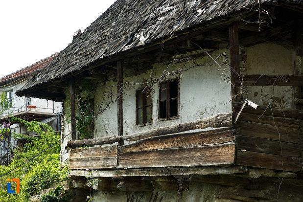 prispa-de-la-casa-de-lemn-1880-din-calimanesti-judetul-valcea.jpg