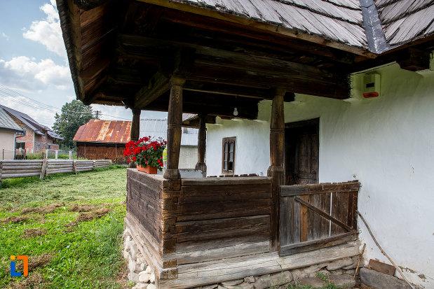 prispa-de-la-casa-de-lemn-petru-cracana-din-campulung-moldovenesc-judetul-suceava.jpg
