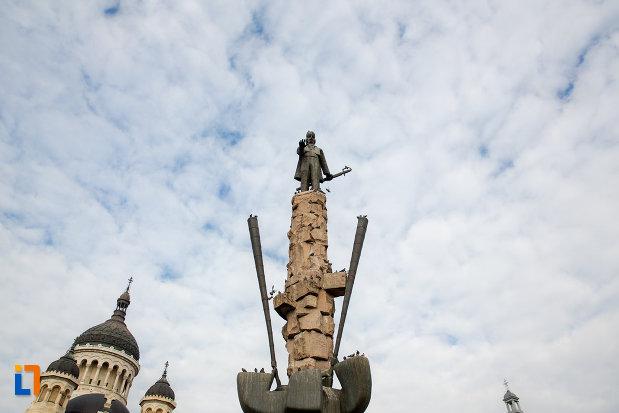 privire-catre-statuia-lui-avram-iancu-din-cluj-napoca-judetul-cluj.jpg