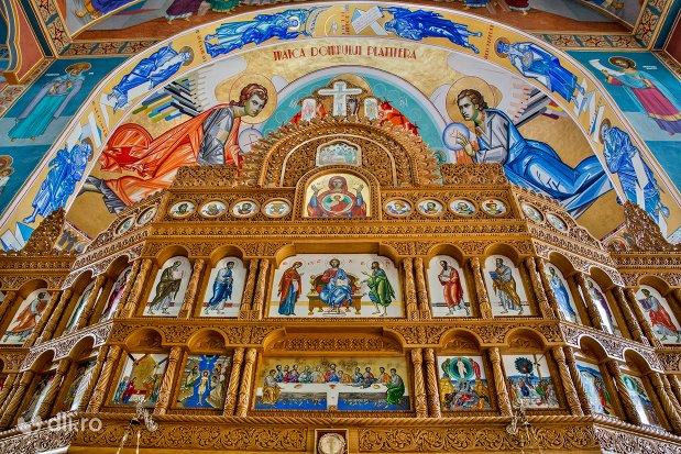 privire-de-ansamblu-spre-altarul-din-catedrala-ortodoxa-din-negresti-oas-judetul-satu-mare.jpg