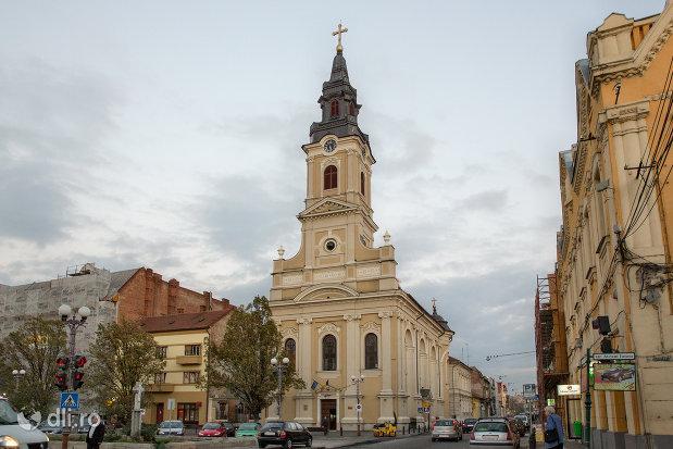 privire-spre-catedrala-ortodoxa-adormirea-maicii-domnului-biserica-cu-luna-din-oradea-judetul-bihor.jpg