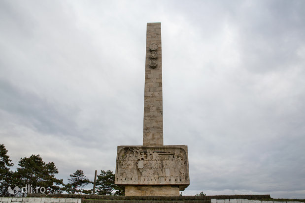 privire-spre-monumentul-mihai-viteazul-din-guruslau-judetul-salaj.jpg