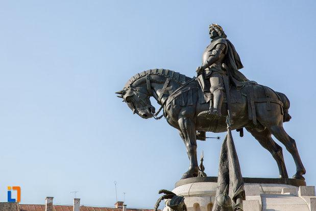 privire-spre-statuia-lui-matei-corvin-din-cluj-napoca-judetul-cluj.jpg