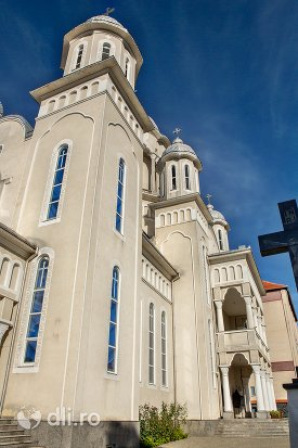 privire-spre-turnurile-catedralei-ortodoxe-din-negresti-oas-judetul-satu-mare.jpg