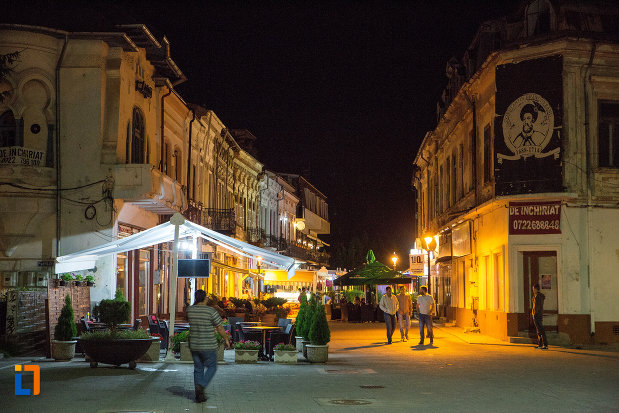 promenada-din-orasul-targoviste-judetul-dambovita-noaptea.jpg