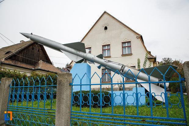 racheta-amplasata-in-fata-casei-memoriala-hermann-oberth-din-medias-judetul-sibiu.jpg