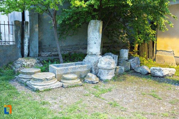 ramasite-de-constructie-langa-bustul-si-obeliscul-lui-radu-sapca-din-corabia-judetul-olt.jpg