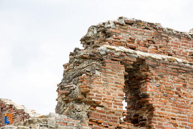 ramasite-din-zid-de-caramida-palatul-domnesc-ruine-palatul-petru-cercel-din-targoviste-judetul-dambovita.jpg