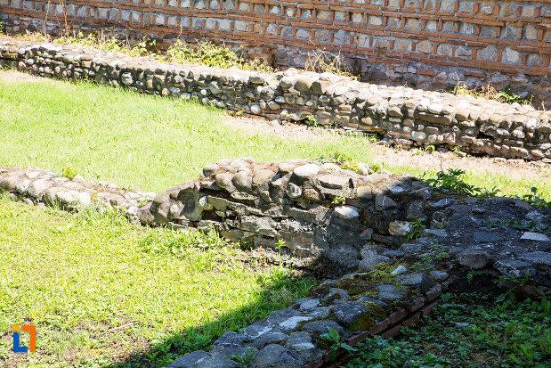 ramasite-zid-de-piatra-manastirea-stelea-din-targoviste-judetul-dambovita.jpg