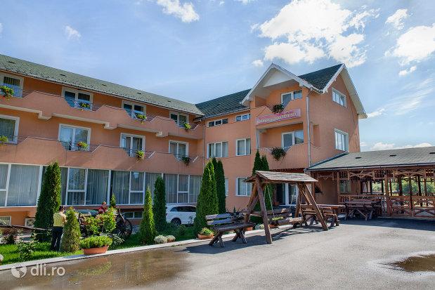 restaurant-si-hotel-pe-malul-lacului-mujdeni-judetul-satu-mare.jpg