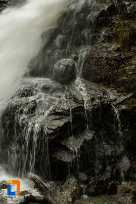 roca-aflata-sub-cascada-lotrisor-judetul-valcea.jpg
