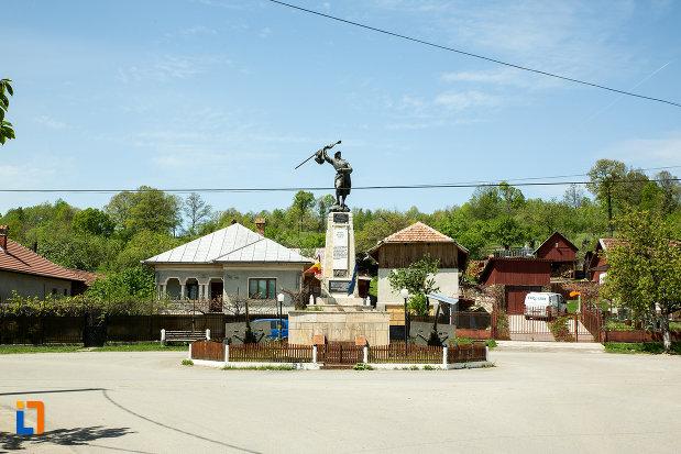 rondou-cu-monumentul-eroilor-din-novaci-judetul-gorj.jpg