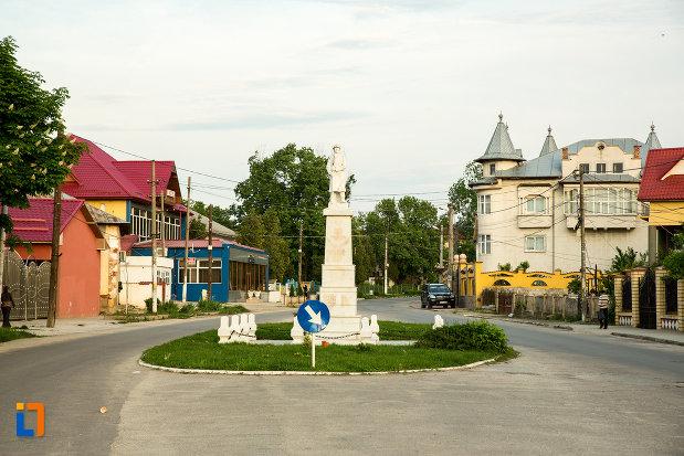 rondoul-cu-monumentul-eroilor-din-draganesti-olt-judetul-olt.jpg