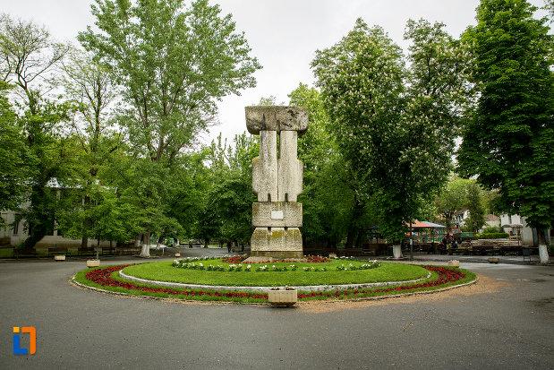 rondoul-cu-monumentul-revolutiei-de-la-1848-din-caracal-judetul-olt.jpg