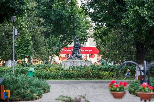 rondoul-cu-statuia-rascoala-din-alexandria-judetul-teleorman.jpg