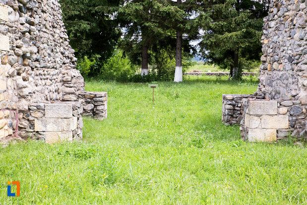 ruine-din-piatra-de-la-castrul-roman-jidova-din-campulung-muscel-judetul-arges.jpg