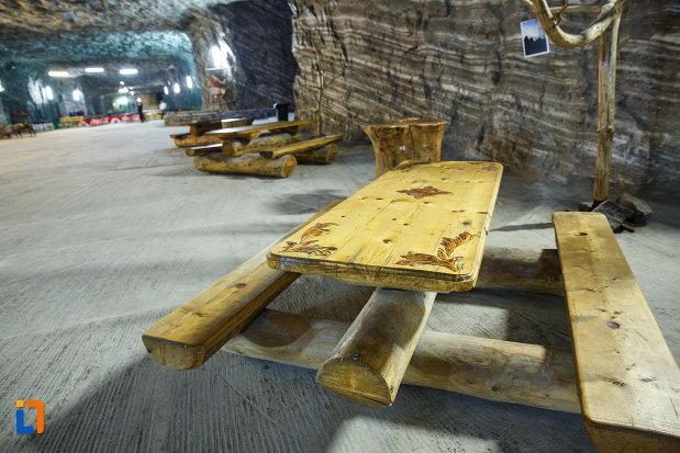 salina-din-ocnele-mari-judetul-valcea-masa-construita-din-lemn.jpg