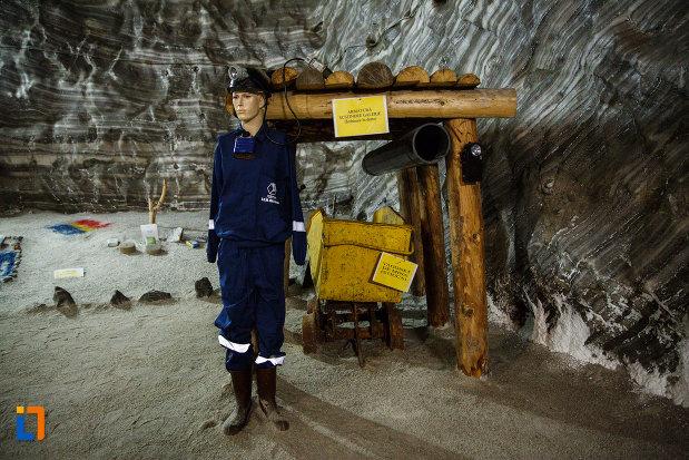 salina-din-ocnele-mari-judetul-valcea-miner-amplasat-in-mina.jpg