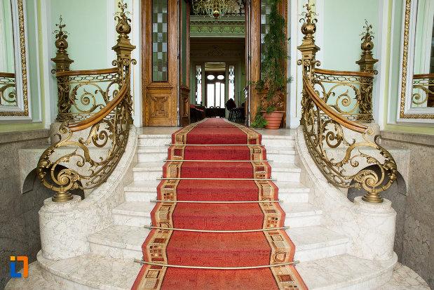 scara-cu-covor-rosu-muzeul-de-arta-si-arta-populara-palatul-marincu-din-calafat-judetul-dolj.jpg