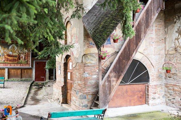 scara-din-lemn-biserica-adormirea-maicii-domnului-olari-din-curtea-de-arges-judetul-arges.jpg