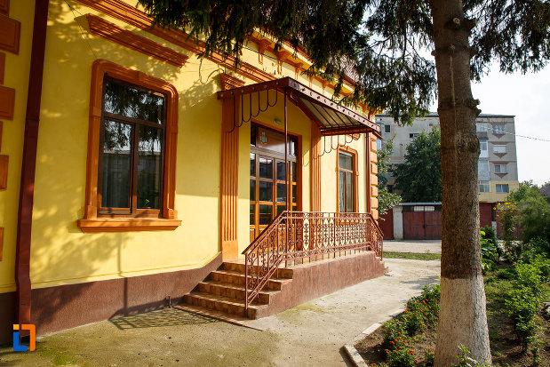 scari-cu-balustrada-protoieria-fosta-casa-municipala-de-cultura-din-rosiorii-de-vede-judetul-teleorman.jpg