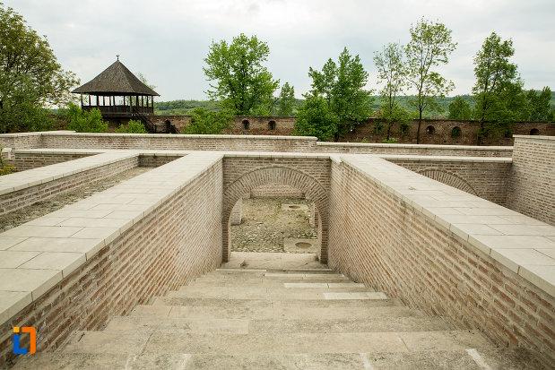 scari-de-langa-manastirea-strehaia-judetul-mehedinti.jpg