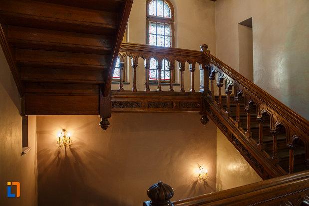 scari-interioare-din-lemn-castelul-cantacuzino-din-busteni-judetul-prahova.jpg