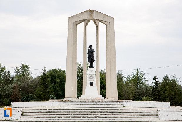 scari-langa-monumentul-eroilor-din-slobozia-judetul-ialomita.jpg