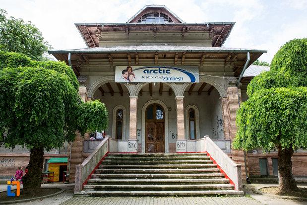 scari-si-intrare-in-conacul-grigore-olanescu-1890-din-gaesti-judetul-dambovita.jpg