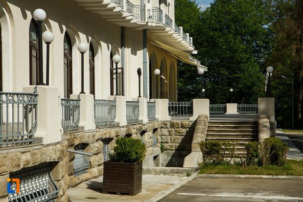 scari-si-terasa-de-la-hotel-palace-din-baile-govora-judetul-valcea.jpg