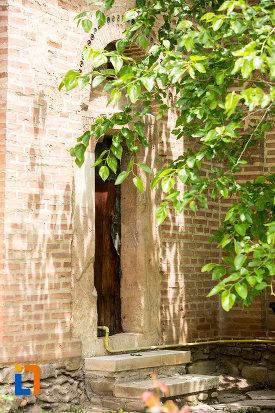scari-si-usa-de-la-biserica-sf-vineri-din-targoviste-judetul-dambovita.jpg