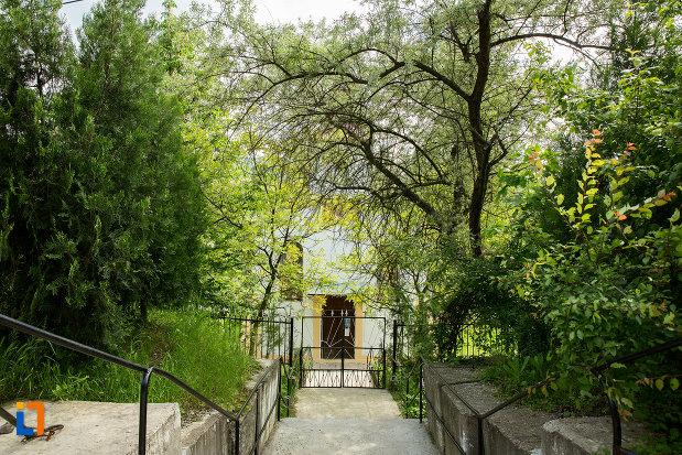 scari-spre-biserica-adormirea-maicii-domnului-din-orsova-judetul-mehedinti.jpg