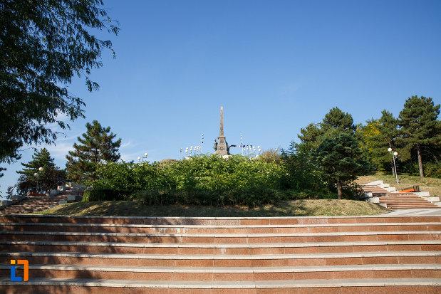 scarile-care-urca-la-monumentul-independentei-1899-din-tulcea-judetul-tulcea.jpg