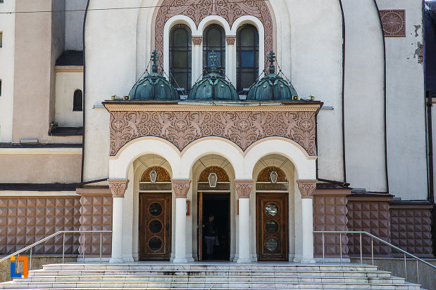 scarile-si-intrarea-in-catedrala-ortodoxa-sf-arhangheli-mihail-si-gavril-din-orastie-judetul-hunedoara.jpg