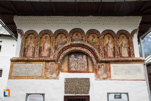 scitul-iezer-din-cheia-judetul-valcea-picturi-murale-exterioare.jpg