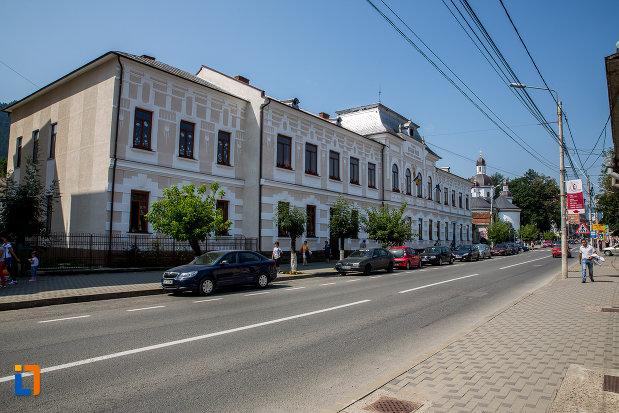 scoala-bogdan-voda-din-campulung-moldovenesc-judetul-suceava-vazuta-dintr-o-parte.jpg