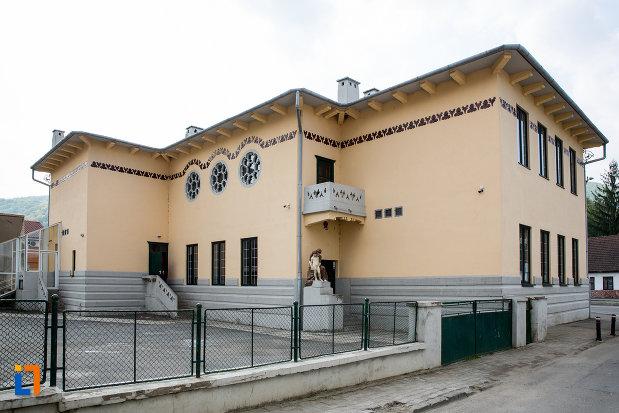 scoala-de-beton-azi-scoala-cu-clasele-i-viii-nr-1-din-resita-judetul-caras-severin.jpg