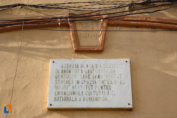 scoala-generala-ovid-densusianu-din-hateg-judetul-hunedoara-placa-comemorativa.jpg