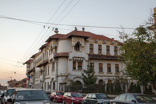 scoala-normala-greco-catolica-din-oradea-judetul-bihor-vazuta-din-lateral.jpg
