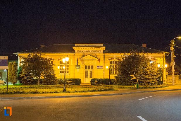 scoala-primara-de-baieti-din-drobeta-turnu-severin-judetul-mehedinti-iluminat-de-noapte.jpg