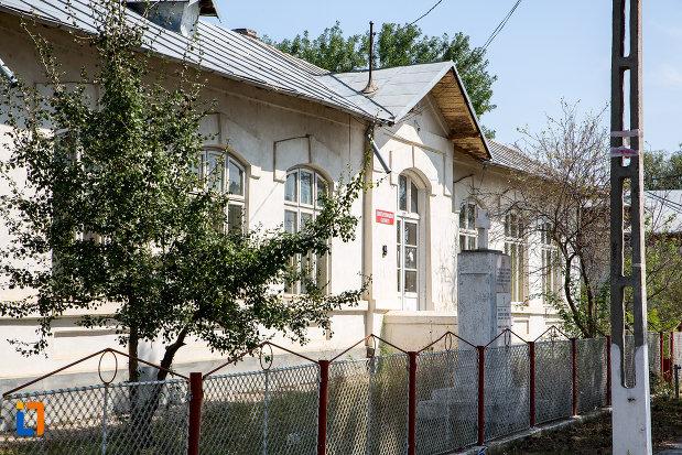 scoala-veche-din-cazanesti-judetul-ialomita-pozata-din-lateral.jpg