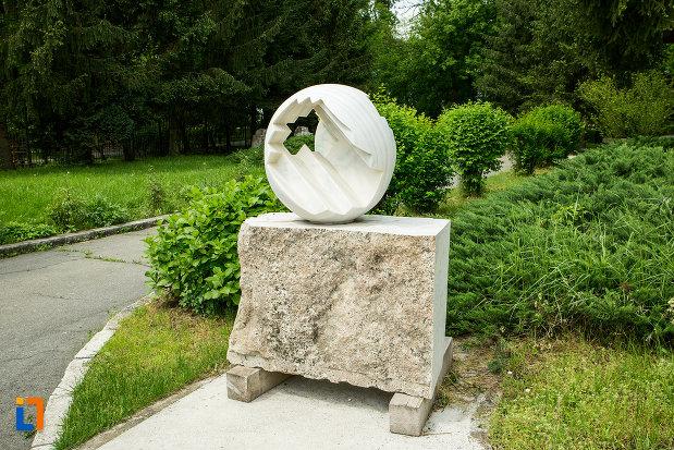 sculptura-aflata-in-curtea-de-la-muzeul-de-arta-din-targu-jiu-judetul-gorj.jpg