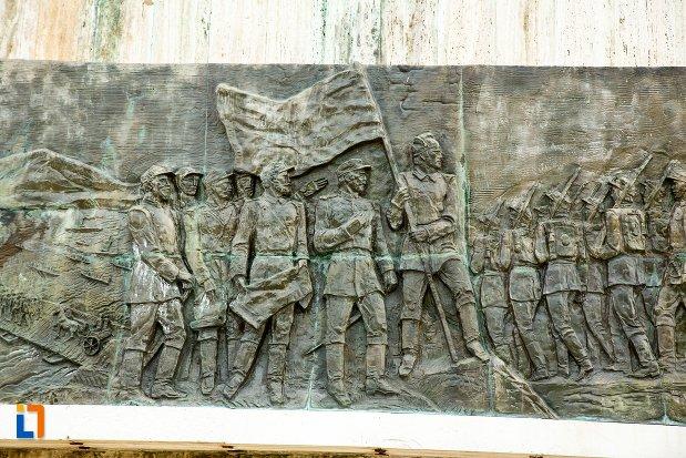 sculptura-cu-drapel-monumentul-independentei-de-langa-corabia-judetul-olt.jpg